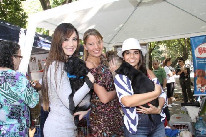 As atrizes foram à feira incentivar a adoção de bichinhos abandonados, que também precisam de um lar que dê muito carinho para eles