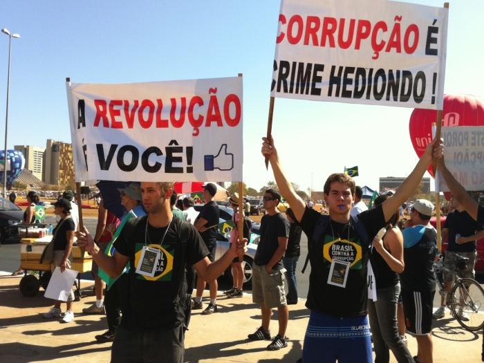 Muitos jovens usavam camisetas pedindo o combate à corrupção