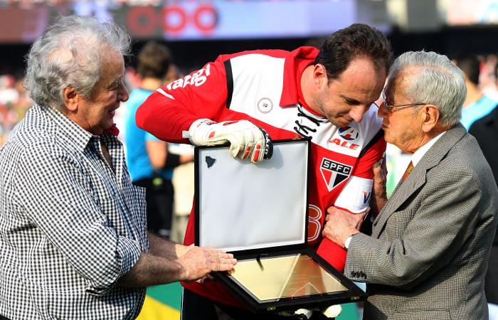 Ex-governador Laudo Natel (D) e Juvenal Juvêncio, presidente do São  Paulo FC entregam -placa em homenagem a Rogério Ceni que completa seu milésimo jogo  p...