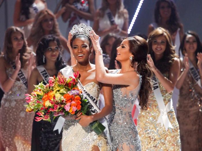 A mexicana Ximena Navarrete passa a coroa para sua sucessora, a angolana Leila Lopes, que venceu nesta segunda (12) o título de Miss Universo 2011, na capi...