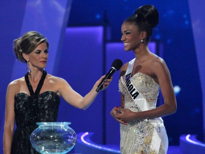 Em um dos momentos de maior tensão da final do concurso Miss Universo, a angola Leila Lopes responde à pergunta sorteada do júri Saiba mais sobre a vitória...