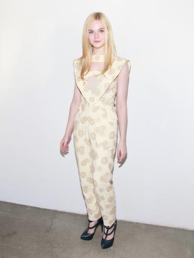 Na terça-feira (13) a atriz Elle Fanning apostou em um macacão para conferir o desfile da grife Rodarte, na semana de moda de Nova York. A peça era amarela...