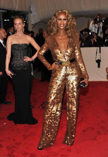 O macacão também pode ser usado em eventos de tapete vermelho. A ex-modelo Iman usou uma peça dourada com decote profundo e cintura marcada com um cinto pr...
