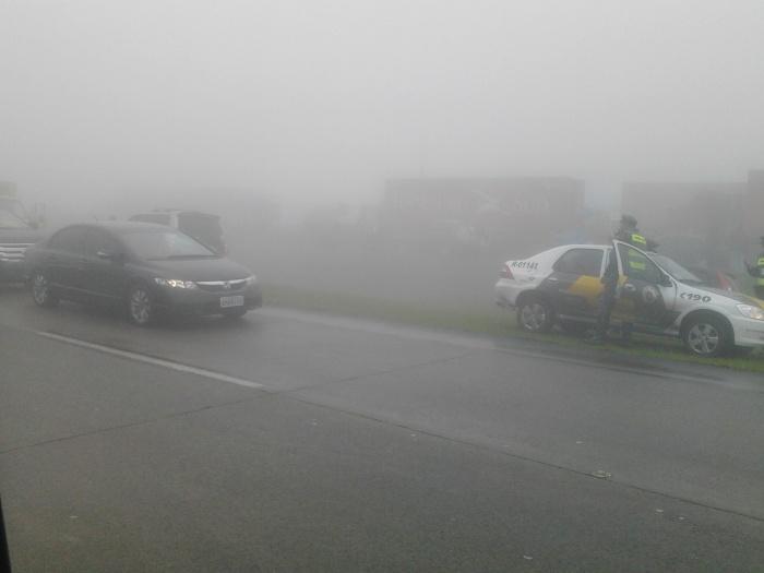 Um grave acidente envolvendo vários veículos bloqueava totalmente o trânsito, sentido capital paulista, da rodovia dos Imigrantes na altura do km 58, na ta...
