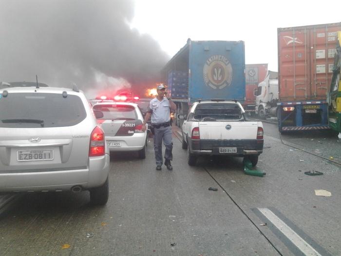 Segundo o Corpo de Bombeiros de São Bernardo do Campo, no ABC, o motorista de uma carreta perdeu o controle da direção e atingiu vários carros na altura do...