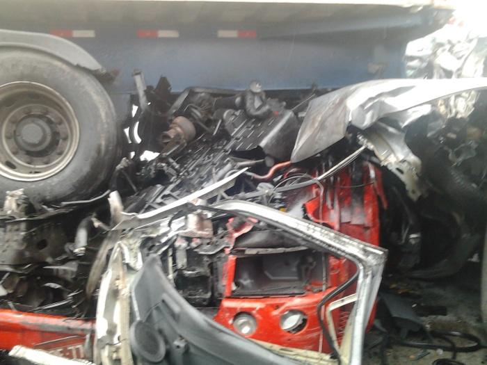 O acidente ocorreu por volta das 12h40.Cerca de 30 pessoas teriam ficado feridas, sendo queuma morreu. A carreta, que transportava produtos perigosos, pe...