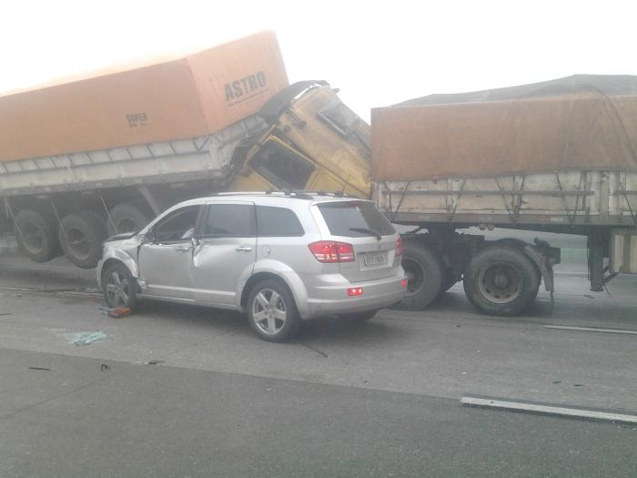 A Ecovias, concessionária que administra o sistema Anchieta-Imigrantes, confirmou que, devido ao acidente, toda a pista da Imigrantes no sentido São Paulo...