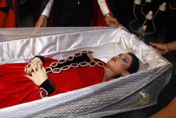 Gracyanne manteve a performance até o fim e manteve os olhos fechados quando o conteúdo do caixão foi revelado