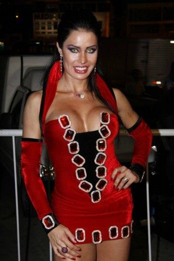 A vampira Gracyanne usou lentes coloridas para dar mais veracidade a sua personagem macabra