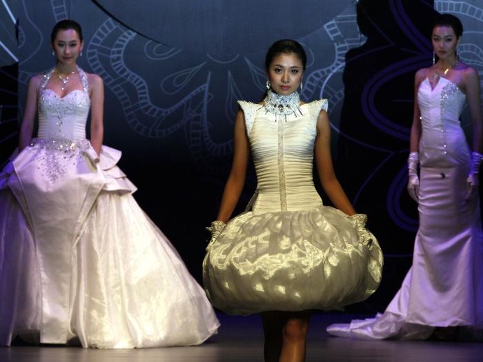 Neste sábado (29), aconteceu em Pequim, capital da China um ousado desfile de vestidos de noiva