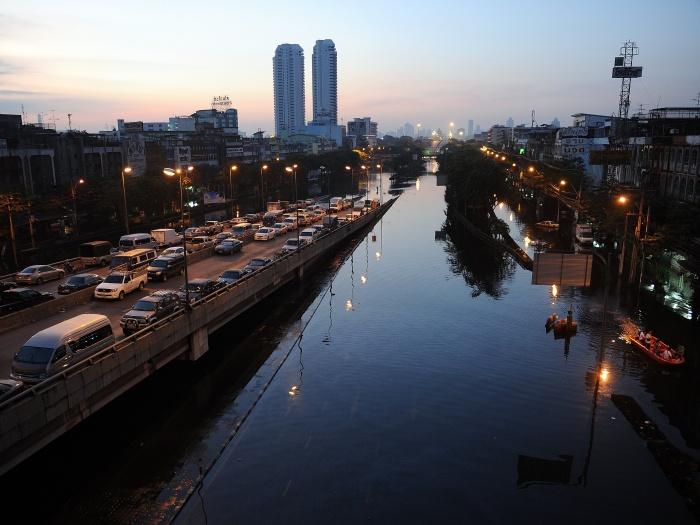As autoridades da Tailândia estimam que aumentou para 427 o  número de mortes causadas pelas inundações que atingem as províncias do  planalto central e o ...