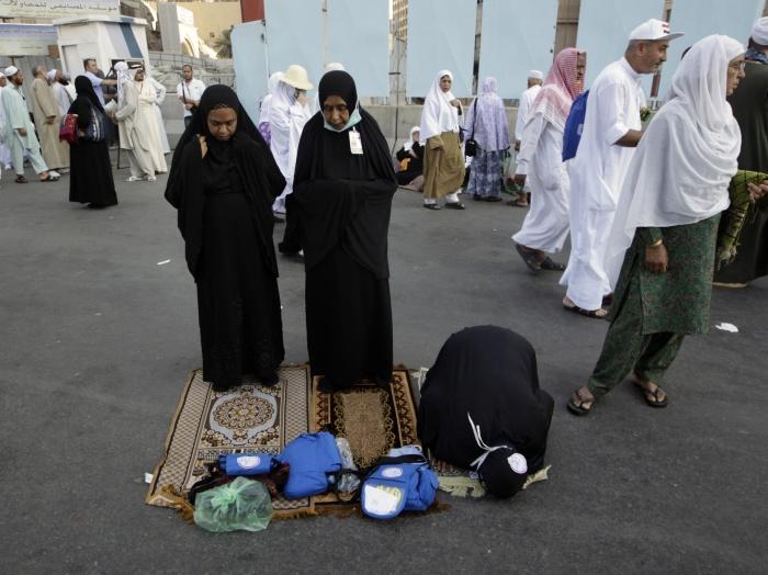 Na foto, mulheres muçulmanas se preparam para orar para Alá