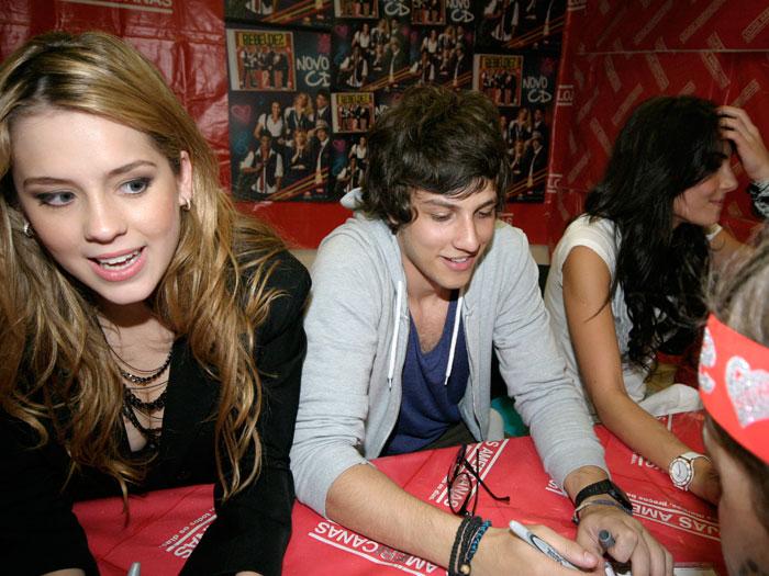 A banda Rebeldes fez sessão de autógrafos em shopping da capital paulista. Mais de 3.000 fãs compareceram ao local para ver os ídolos da novela Rebelde (Re...