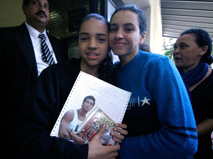 Beatriz dos Santos, de 12 anos, e a mãe Daniela eram as primeiras da fila. Elas chegaram às 23h30 de sexta-feira (4) para acampar nas imediações do shoppin...