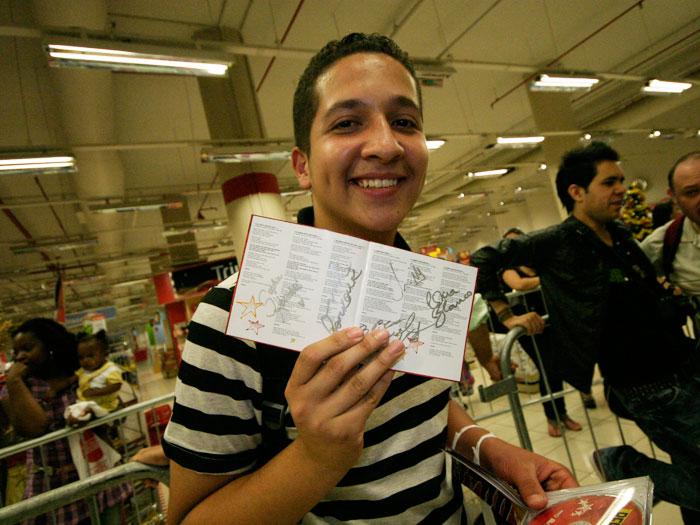 """Erick Fernandes, de 16 anos, saiu às 3h da madrugada do Jaçanã, São Paulo,para chegar cedo ao shopping. """"Amo a Lua Blanco. Ela é o ar que eu respiro"""", dec..."""