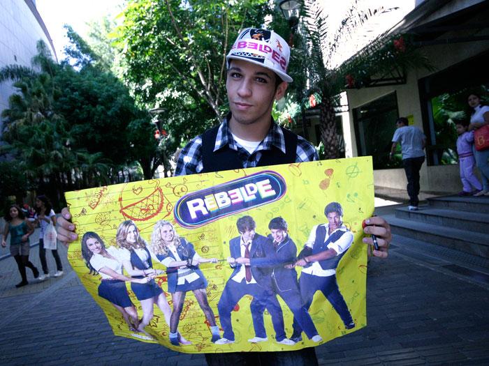 """""""Tira uma foto minha?"""", pedia Márcio Vinícius, de 17 anos. O fã saiu de Mogi das Cruzes, São Paulo, para ver os ídolos. Leia mais!"""
