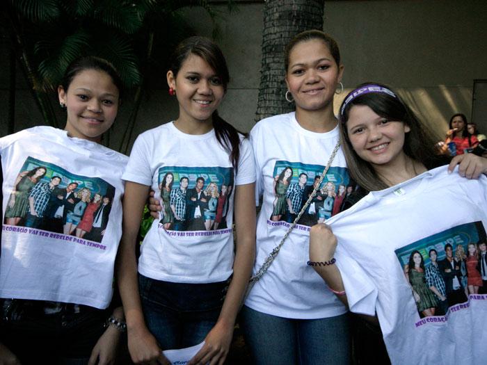 """As amigas Tatiane Almeida, de 18 anos, Antonielle da Silva, 14, Antoneuma da Silva, 22, e Tainá Garcia, 14, foram ao shopping uniformizadas. """"Esse é o come..."""