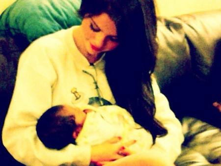 bebê no colo da teen é o pequeno Hudson, filho de uma amiga da