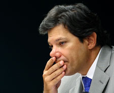 Haddad confronta Dilma ao propor novo 'kit gay'