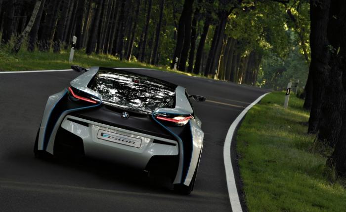 Feito para demonstrar a visão de futuro da BMW, o carro-conceito Vision EfficientDynamics usa um pequeno motor a diesel de apenas três cilindros, além de d...
