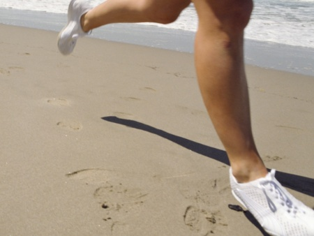 Correr descalço na areia da praia fortalece a musculatura dos pés