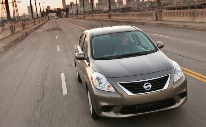 Nissan Versa - Tendo o enorme espaço interno como principal atributo, o feioso Nissan Versa ainda não conseguiu conquistar o consumidor e emplacou apenas 8...