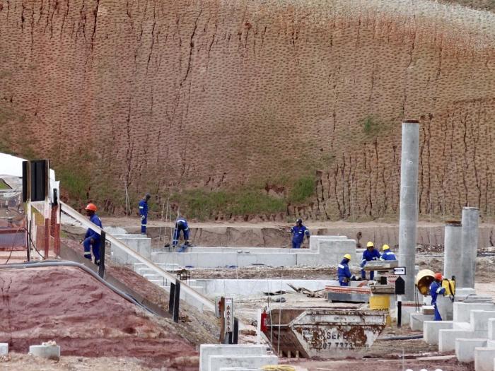 Operários trabalham na construção do estádio do Corinthians em Itaquera