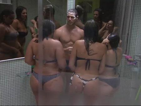 Jonas toma banho com três sisters