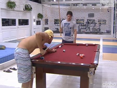 João Mauricio e Fael jogam sinuca na madrugada