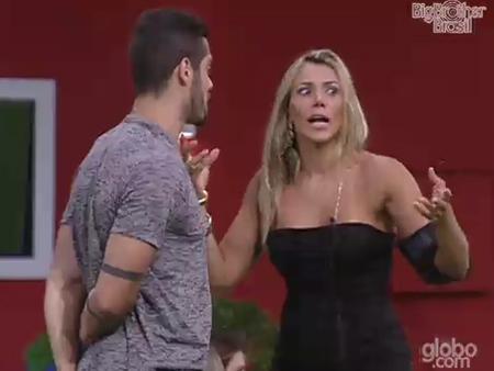 """Fabiana solta o verbo: """"É paulada em nós"""""""