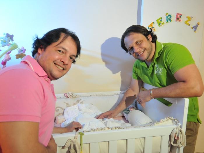 http://i2.r7.com/casalgay-filha-tl.jpg