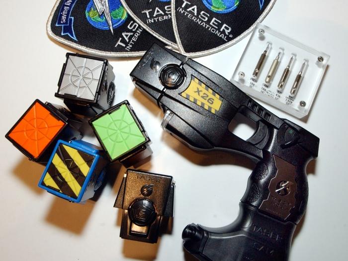 Entenda como funciona a arma de choque, a mesma que matou o brasileiro na Austrália