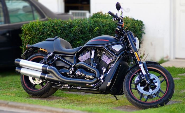 A moto é invocada, tem personalidade forte e anda muito. Percebi quando acelerei na estrada. É uma H-D, no sentido mais amplo da palavra. É uma H-D comemor...