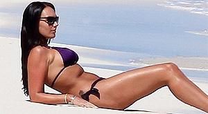 Princesa da F-1 quer posar nua e mostra corpão na praia