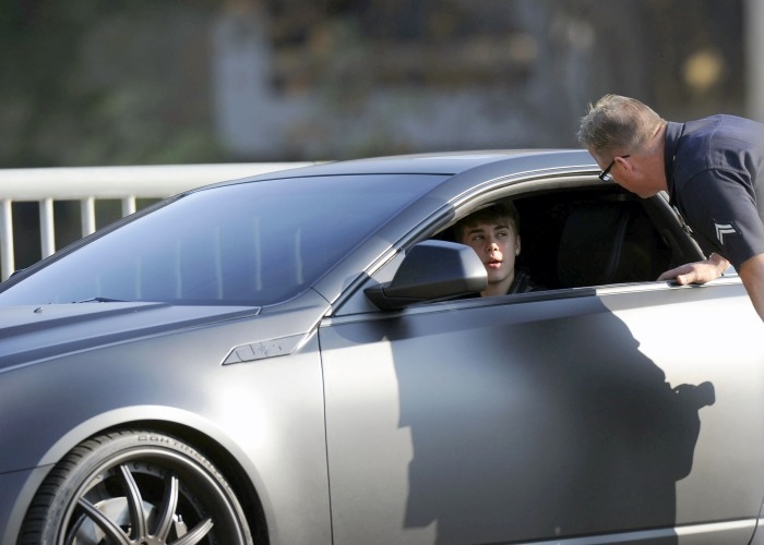 """Justin Bieber também já foi parado pela polícia americana ao fazer uma manobra proibida a bordo de seu Cadillac CTS-V """"Batmobile"""". Saiba mais"""