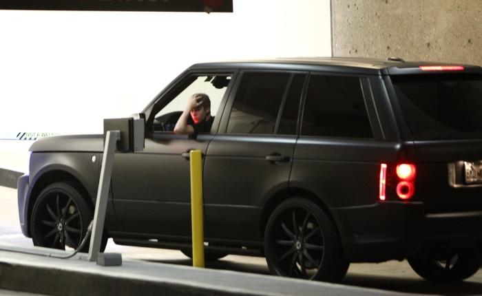 Fica claro que Bieber não gosta apenas dos esportivos e superesportivos. Na garagem do astro teen há um Ranger Rover com pintura fosca preta. Segundo os úl...