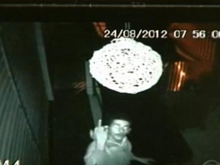 Homem é flagrado roubando restaurante no Recanto das Emas e faz gesto obsceno para a câmera de segurança