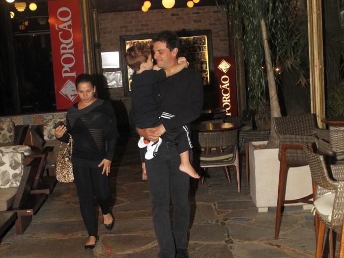 Rodrigo Lombardi deixa churrascaria com filho no colo - Famosos e ...