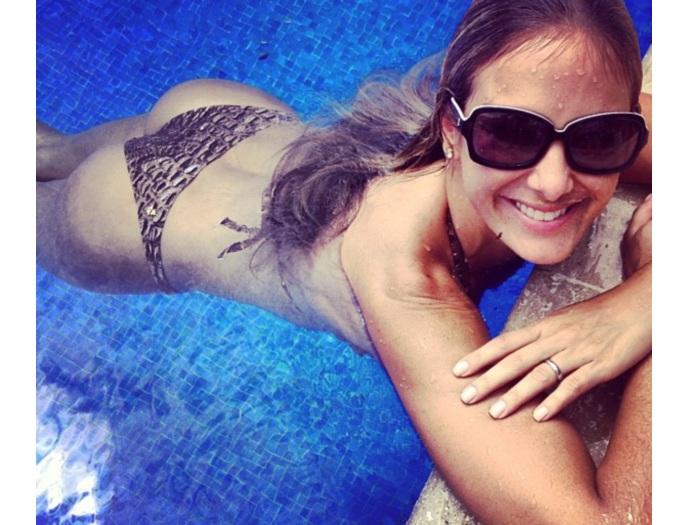 Ticiane Pinheiro posa na piscina (Divulgação)