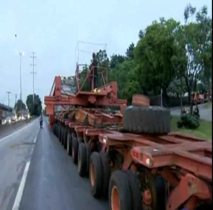 Carreta com 500 toneladas é retirada de rodovia após ficar parada ...