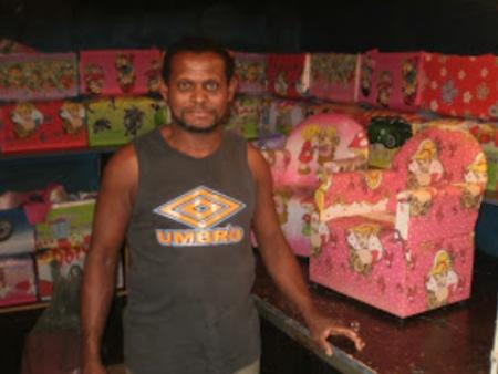 José Divino Vieira é ex-viciado em crack e se recupera produzindo 30 sofás por dia feitos de madeira reutilizada