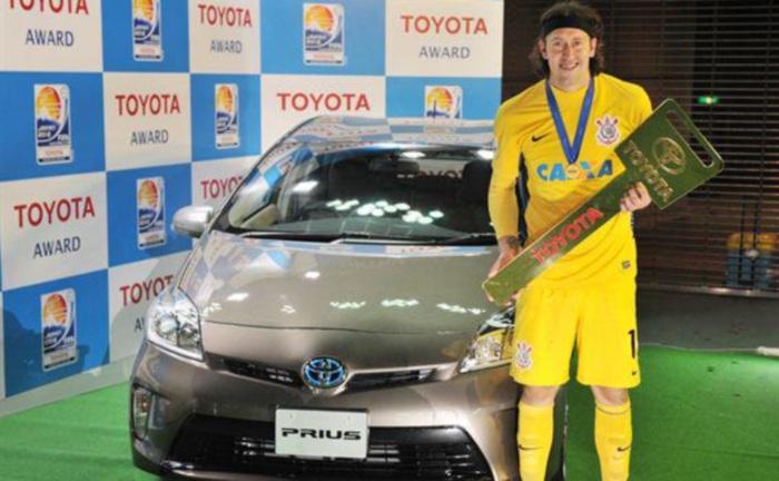 Além de ser considerado o melhor jogador do Mundial de Clubes da Fifa de 2012, o goleiro corintiano Cássio recebeu um Toyota Prius como prêmio pelo destaqu...
