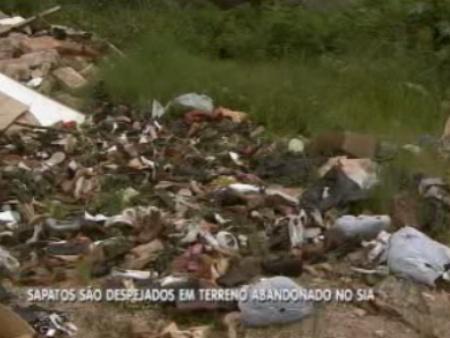 Sapatos foram encontrados no meio de lixo em área abandonada do DF