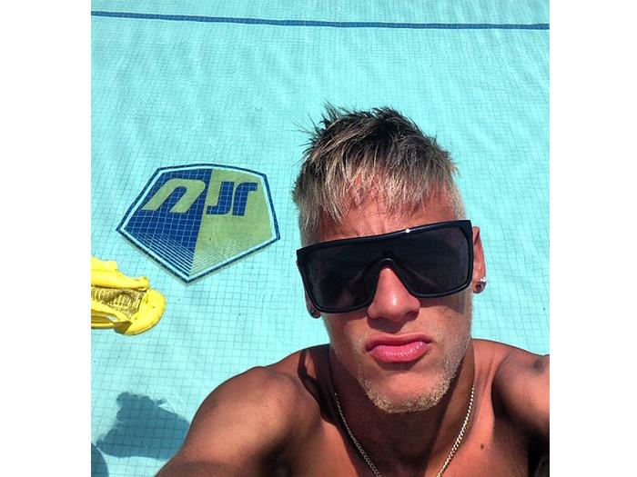 Neymar aproveita dia de sol e mostra piscina com seu nome no fundo