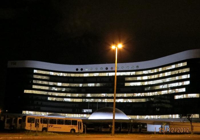 Flagrante: praticamente todas as luzes do prédio sede do TSE em Brasília ficaram ligadas na noite deste feriado nacional de Natal