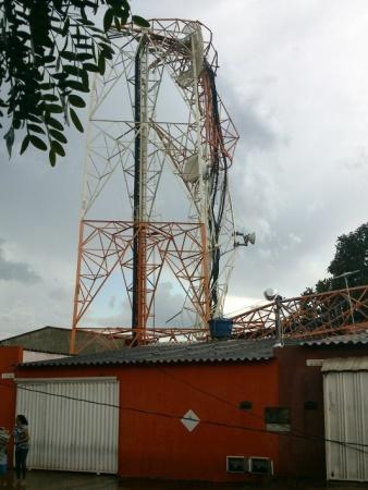 Torre de celular cai sobre três casas