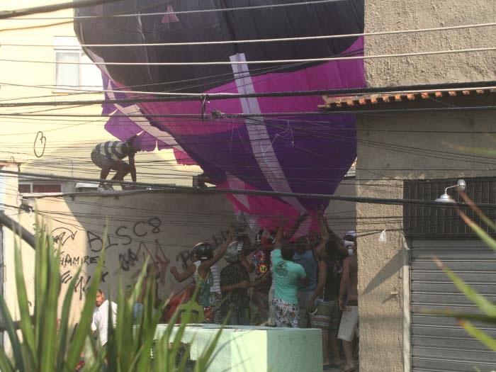 Balão cai perto da av. Brasil e atrai moradores
