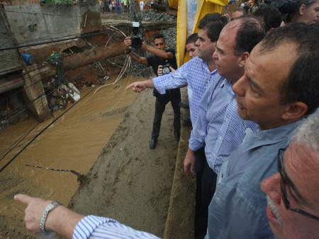 Cabral e ministro da Integração Nacional sobrevoam área devastada por chuvas no Rio