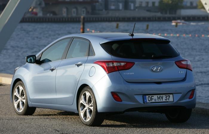 Entre os equipamentos que estarão disponíveis no novo Hyundai i30, está a câmera de ré embutida no logotipo traseiro, que se inclina ao engatar a ré. As im...