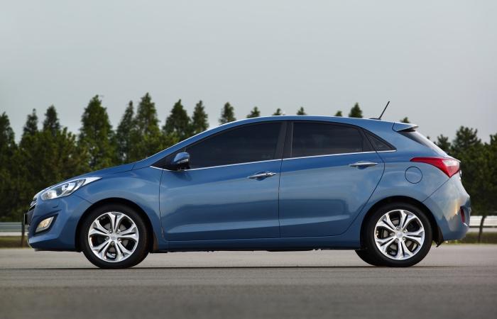 Apesar do visual indicar o contrário, o novo Hyundai i30 está com quase o mesmo tamanho do anterior. O entre-eixos de 2,65 m foi mantido, havendo um pequen...
